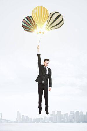 mosca: El hombre vuela en globos sobre la ciudad