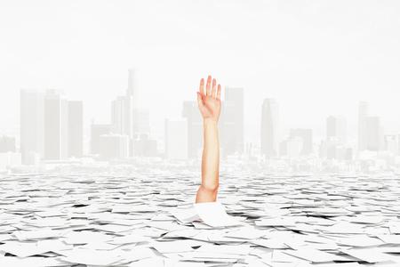 Menselijke hand stokken van de stapel papier op de stad achtergrond, bureaucratie begrip