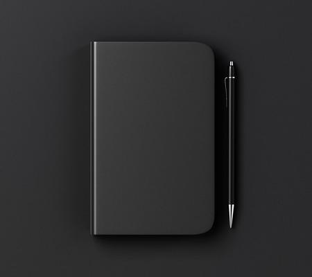 Blank couverture de journal noir et stylo sur table noire, maquette