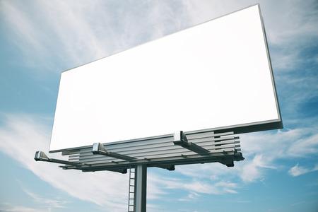 Cartelera en blanco en el cielo azul backgound, maqueta Foto de archivo - 48352805