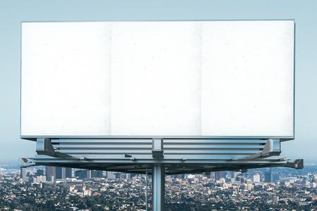 Leeg aanplakbord bij megapolis uitzicht op de stad kronkelen, mock-up