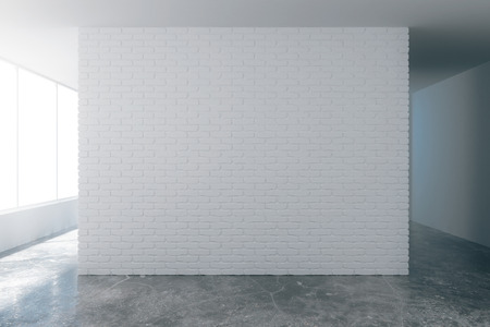 コンクリートの床とロフト スタイルの空の部屋で copyspace で空白の白いレンガの壁