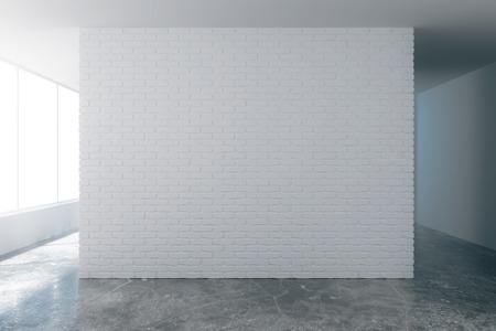 Lege witte bakstenen muur met copyspace op loft stijl lege kamer met betonnen vloer Stockfoto