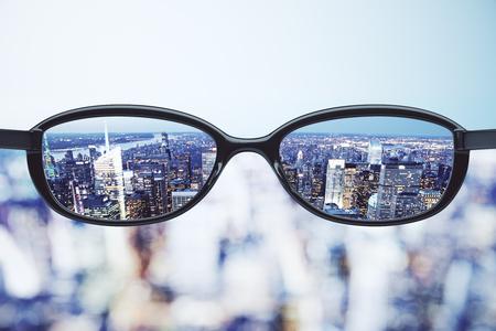 Duidelijke visie concept met brillen en nacht megapolis stad achtergrond