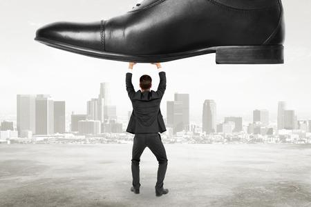 domination: concepto de dominaci�n con el empresario resiste la presi�n en el fondo de la ciudad