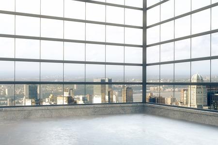 chambre loft vide avec des fenêtres en étage et vue sur la ville