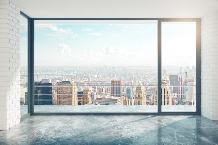 Lege loft stijl kamer met betonnen vloer en uitzicht op de stad