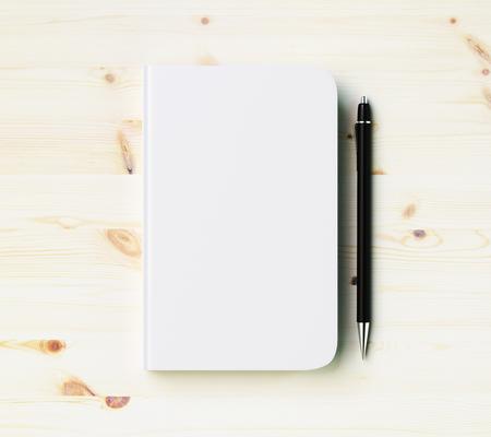 Lege witte dagboek omslag met pen op houten tafel, mock-up