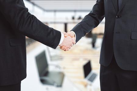 ビジネス パートナーは、オフィスで手を振る