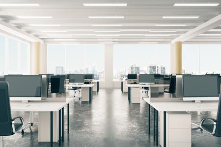 oficina: oficina de espacio abierto en el desván hangar estilo con ventanas de piso y vistas a la ciudad Foto de archivo