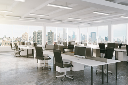muebles de oficina: oficina de espacio abierto moderno con vistas a la ciudad Foto de archivo