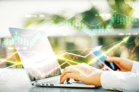 Dubbele EXPLOSURE met werkende zakenman en zakelijke grafiek