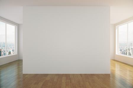Moderne zonnige lege loft ruimte met witte muur en houten vloer