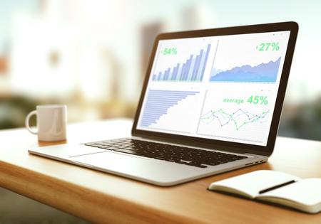 Laptop het scherm met een kopje koffie en agenda op houten tafel
