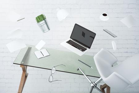 ノート パソコン、家具やその他のアクセサリーは、宙を舞うオフィス カオスの概念