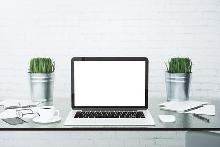 Blank écran d'ordinateur portable blanc sur la table vitreux avec tasse de café au mur de briques de fond, maquette Banque d'images - 49255336