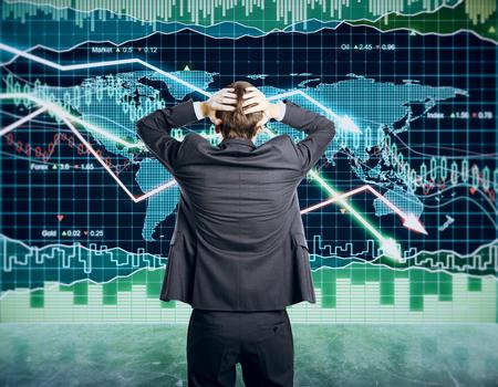 Zakenman pakt het hoofd concept met zakelijke grafiek op het scorebord Stockfoto