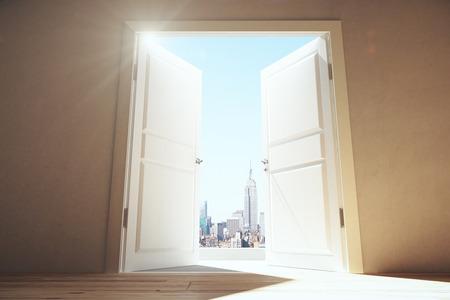 abrir puertas: Abra las puertas de la habitaci�n vac�a para Megapolis ciudad con rascacielos Foto de archivo