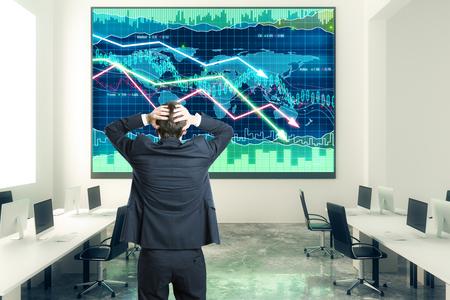 Hombre de negocios agarra la cabeza en la oficina de espacio abierto con carta de negocios en la pared Foto de archivo - 49255452