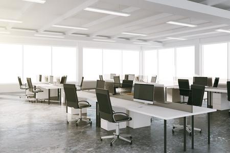 raum: Freiraum für Loft-Büro mit Möbeln und großen Fenstern Lizenzfreie Bilder