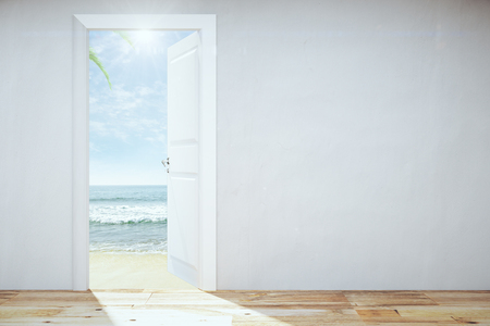 Open deur naar een hemel met strand en uitzicht op zee Stockfoto