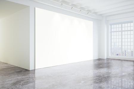 大きな窓とコンクリートの床、モックアップ光モダンなロフト ギャラリーで空白のポスター 写真素材