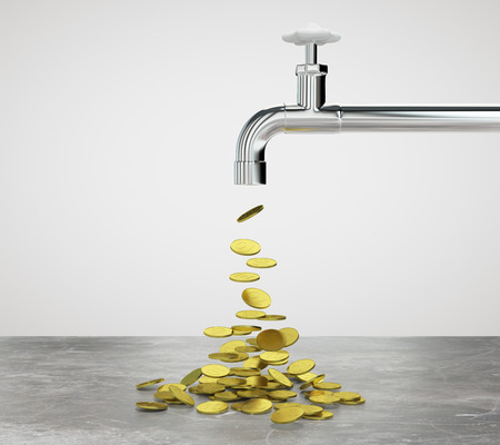 Gouden munten vloeien voort uit de kraan Stockfoto