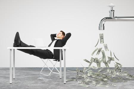 Negocios de descanso en una silla y el grifo de la que el flujo de dinero Foto de archivo - 50384398