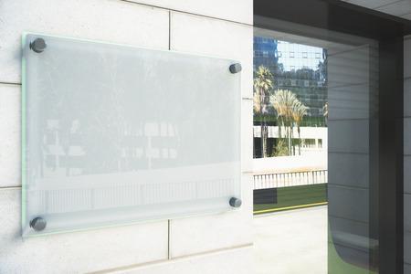 empresas: El letrero en blanco vidrioso en la pared exterior, maqueta