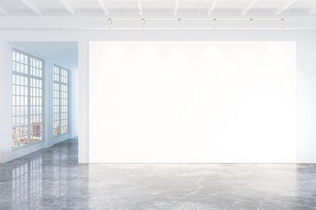 hormig�n: cartel blanco en blanco en la pared blanca en la habitaci�n vac�a de loft con piso de hormig�n y grandes ventanas, burlarse de