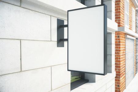 Leeres weißes Schild auf der Wand im Freien, verspottet oben Standard-Bild - 50384765