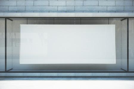 模擬店の窓に大きな空白のバナー 写真素材