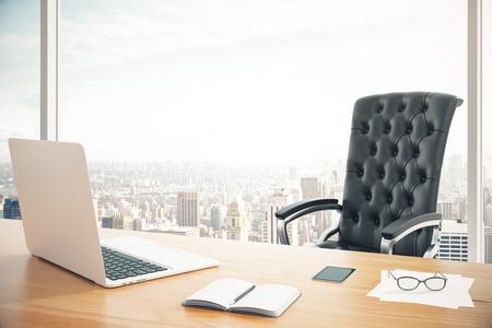 papeles oficina: Lugar de trabajo de la cabeza con un ordenador portátil y un sillón de cuero clásico