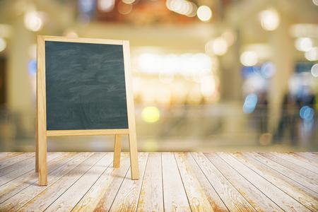 Restaurant Blank tableau noir sur le plancher en bois, maquette
