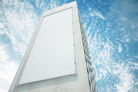 construccion: En blanco cartelera en la pared del alto edificio con el cielo azul, maqueta
