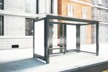 parada de autobus: Cartel en blanco en la pared de la parada de autob�s en la calle de la ciudad, maqueta