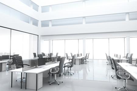 Grand, bureau moderne lumineux avec des fenêtres et des meubles