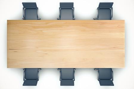 Bovenaanzicht op conferentie houten tafel en zwarte stoelen