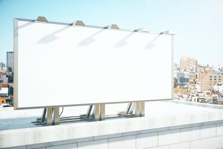 cartaz em branco sobre o telhado do edifício no fundo megapolis cidade, mock up