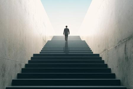 exito: Ambiciones concepto con el hombre de negocios subir escaleras