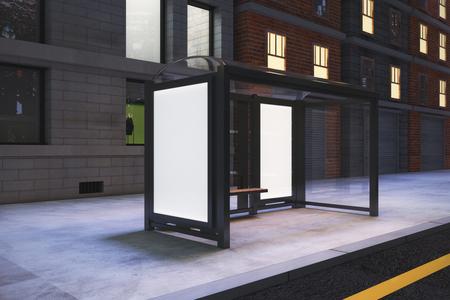 De lege witte aanplakborden op busstation op de straat van de nachtstad, bespotten omhoog