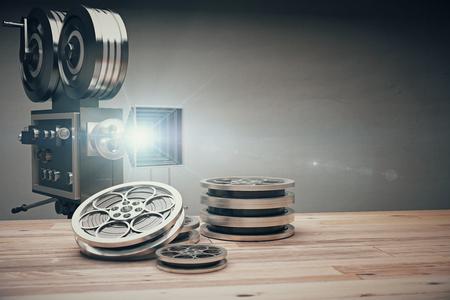pelicula de cine: Cámara de película vieja de la vendimia y el cartucho de película sobre una mesa de madera