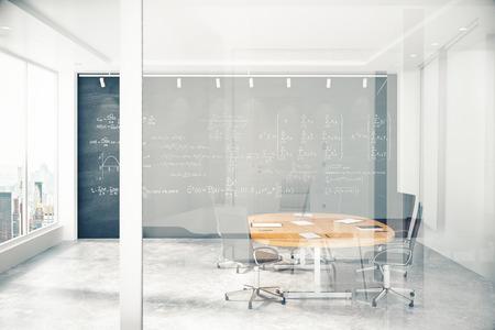 Sala de reuniones con una pared de vidrio con copyspace Foto de archivo