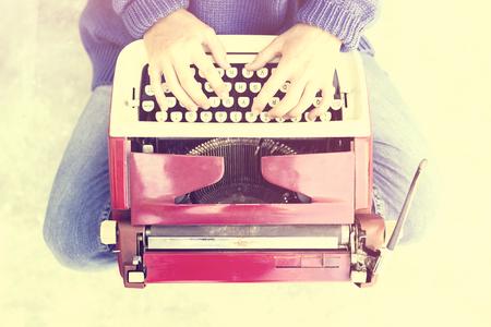 maquina de escribir: chica inconformista con la vieja máquina de escribir estilo