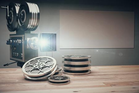 cine: C�mara de pel�cula de la vendimia con las cintas de estilo antiguo y la pel�cula sobre la mesa de madera