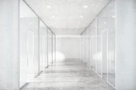 Long couloir avec sol en béton et des murs transparents dans l'espace moderne