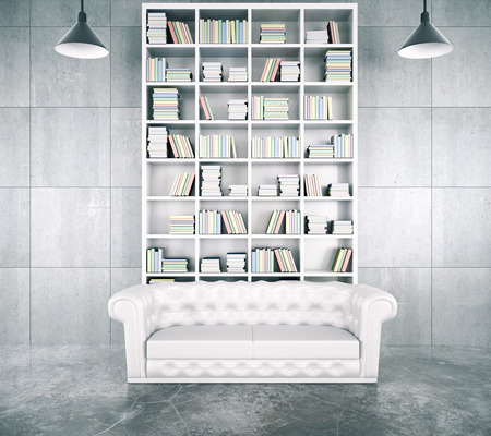 Moderne loft kamer met een grote witte boekenkast, witte leathe chesterfield bank en betonnen vloer