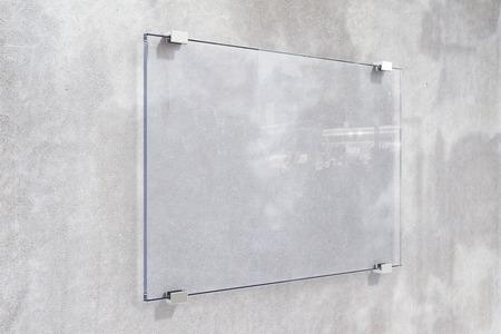 콘크리트 벽에 투명 간판, 조롱