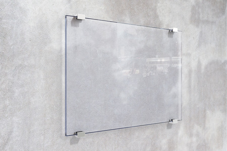 Transparante uithangbord op betonnen muur, bespotten omhoog