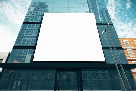 화창한 날에 유리 비즈니스 센터에 큰 빈 빌보드, 최대 조롱